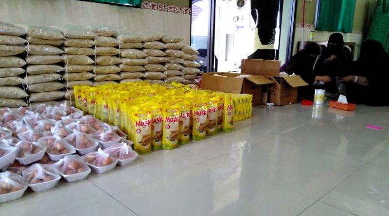 Peduli Kaum Dhuafa, Forum Ummahat Yayasan Assunnah Cirebon Bagikan 100 Paket Sembako