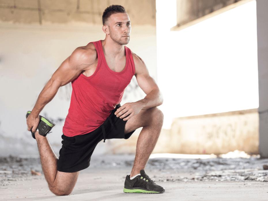 mężczyzna rozciągający łydkę; motywacja do treningu