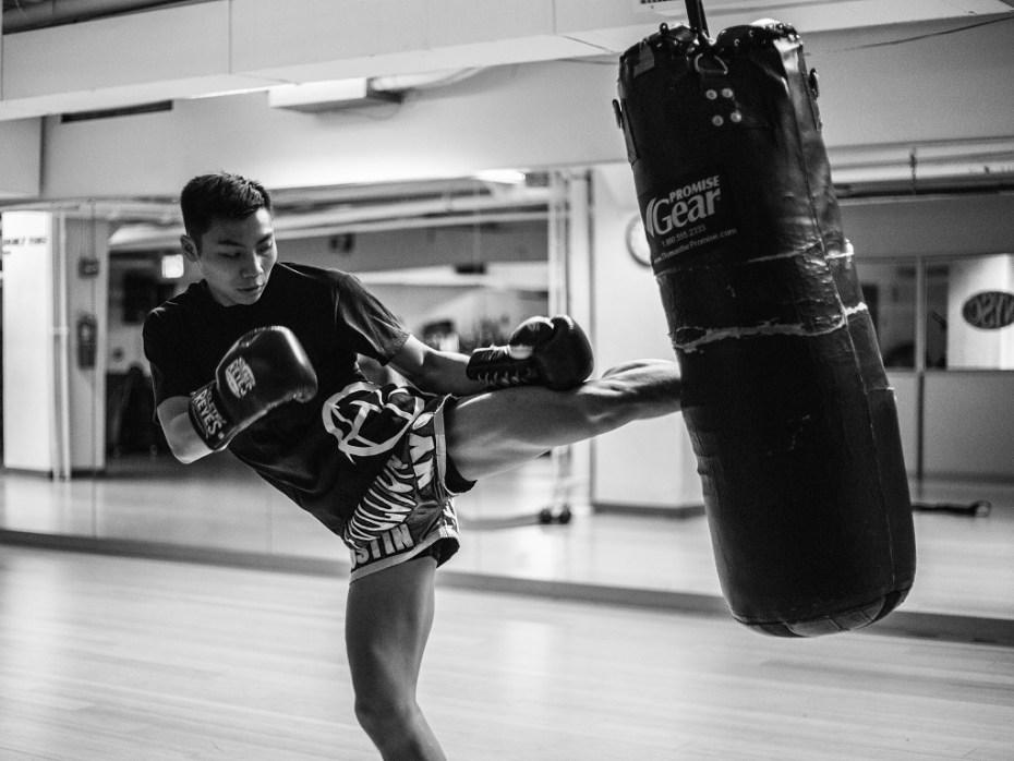 chłopak trenujący kickboxing, zalety kickboxingu, czym jest kickboxing