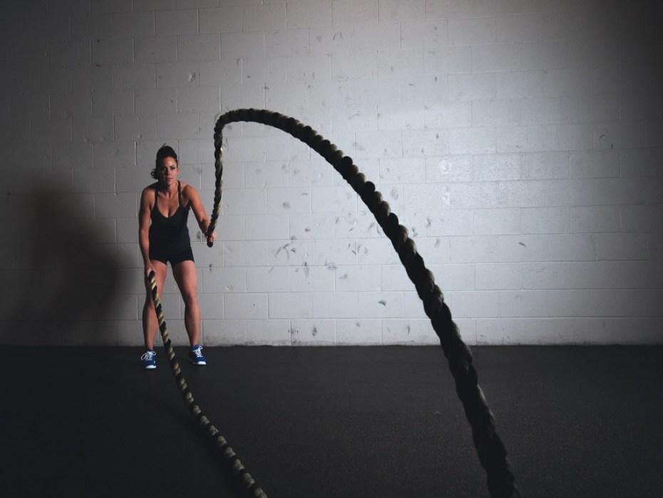 kobieta ćwicząca z liną