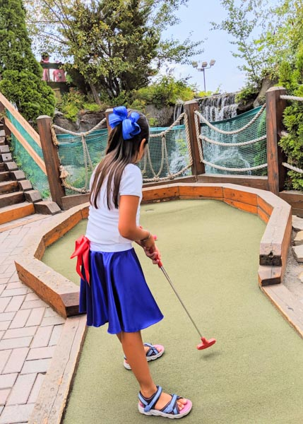 Where to play mini golf near Montreal and have fun with your family.
