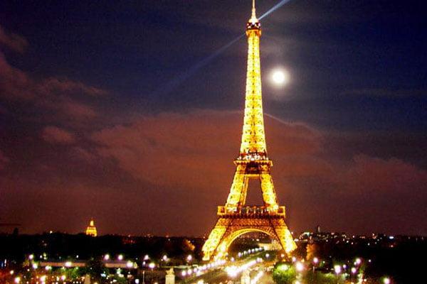 A parigi si è certi che è arrivato il natale quando le strade si riempiono di chalet montani e. Parigi A Natale