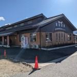 「高浜健康温泉センター ゆたん歩゜」 自販機左が館内入り口、写真右奥が足湯入り口です
