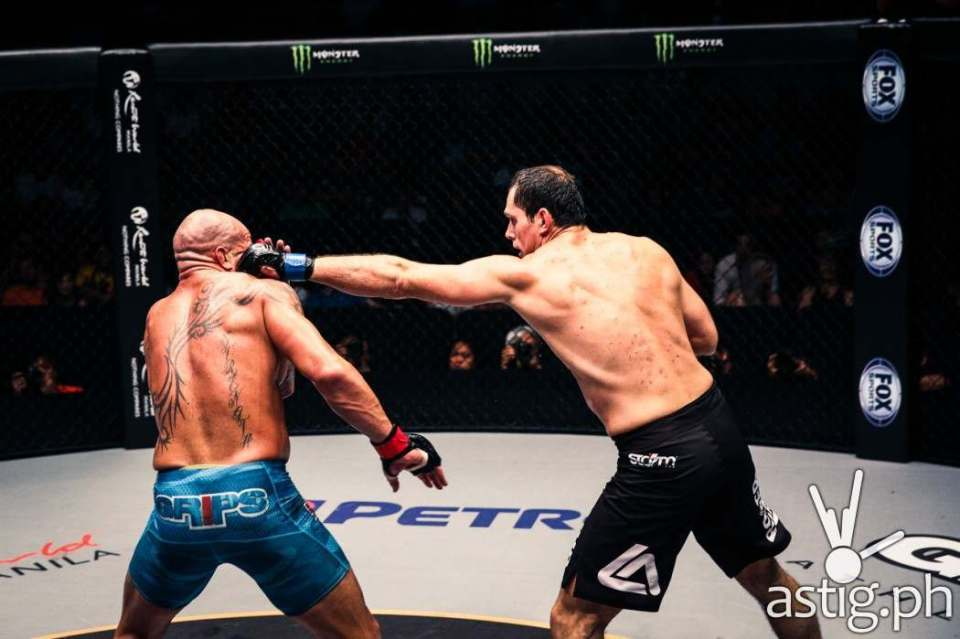 Roger Gracie dominated James McSweeney, delivering a flurry of strikes that led to a stoppage at 3:15 of round 3