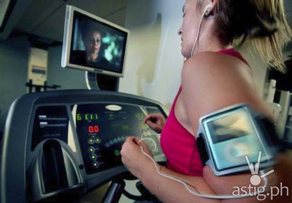 Jessica Pearson of Roseville listens to music on her older iPod Nano while running six-plus miles on a treadmill at the Skyway YMCA in St. Paul on Thursday September 17, 2009. (Pioneer Press: Richard Marshall)