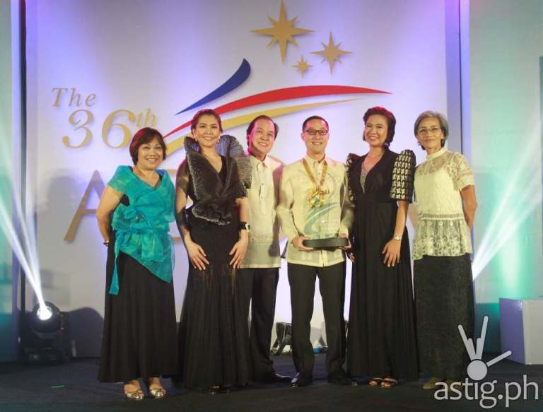 ABS-CBN COO Carlo Katigbak receives the Marketing Company of the Year award at the 2015 Agora Awards