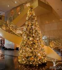 Staircase Christmas Decorations. Marriott Manila Lights Up ...