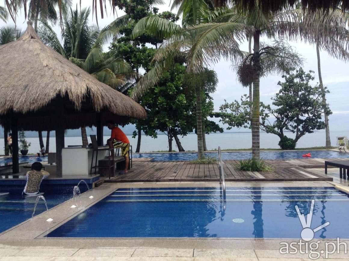 Breathtaking view of the infinity pool of Banana Beach