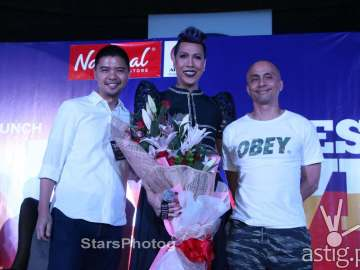 ABS-CBN Publishing Managing Director Mark Yambot,Vice Ganda, and ABS-CBN Publishing President Ernie Lopez (photo courtesy of Allan Sancon)