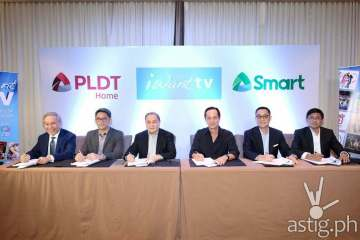 PLDT, Smart & ABS CBN Partnership signing – (from left) Ray Espinosa, PLDT Regulatory Head; Ariel P. Fermin, EVP and Head of Consumer Business for PLDT and Smart; Manuel V. Pangilinan, PLDT and Smart Chairman ; Eugenio Gabby Lopez III, ABS-CBN Chairman ; Carlo Katigbak, ABS-CBN President & CEO; Rolando Valdueza ABS-CBN Group CFO