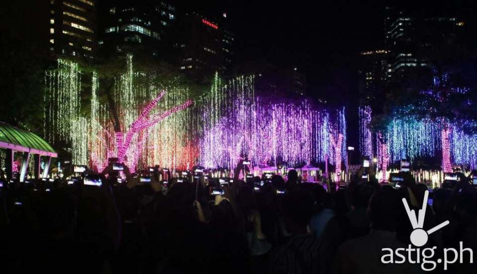 For its 7th year, the country's financial hub welcomes Christmas 2016 with stunning light installations and sounds by Voltaire de Jesus, Jazz Nicholas, and Mikey Amistoso.