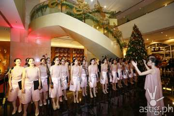 Himig Roseña Choral of Colegio de Sta. Rosa Makati welcomed everyone with their angelic voices filling the hotel lobby with Christmas carols.