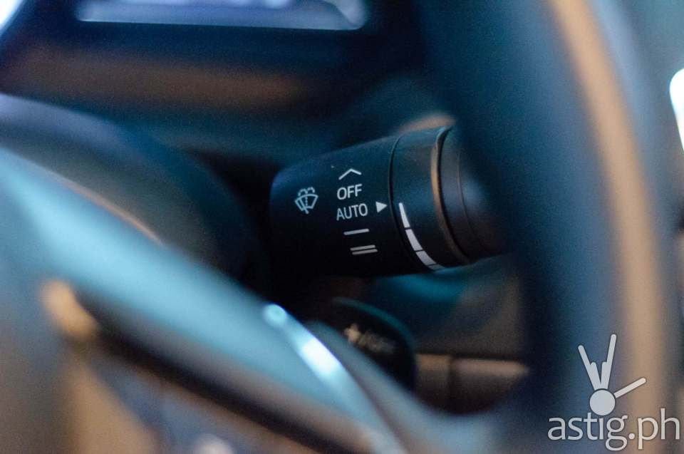 Rain sensors will automatically activate and control the speed of the windshield wipers - Mazda3 2.0 Sedan 2017 Skyactiv-R