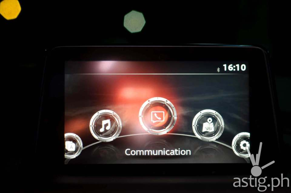 The touch-screen infotainment system lets you make calls and read SMS messages without looking at your phone - Mazda3 2.0 Sedan 2017 Skyactiv-R
