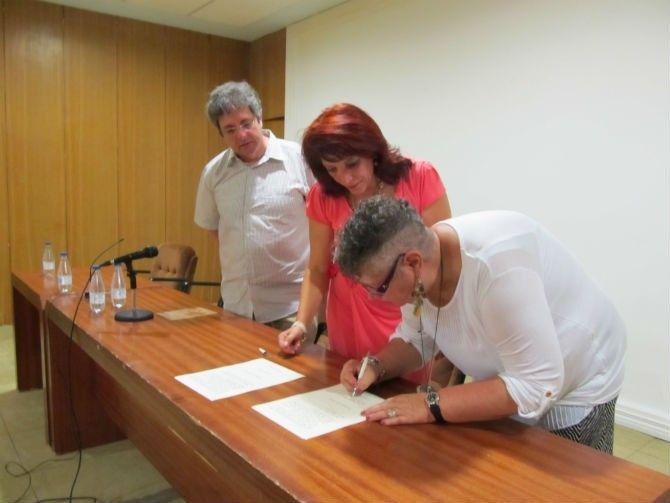 Momento de la firma de la cesión de la caja de tipos musicales (fotografía de astorgaredaccion.com)