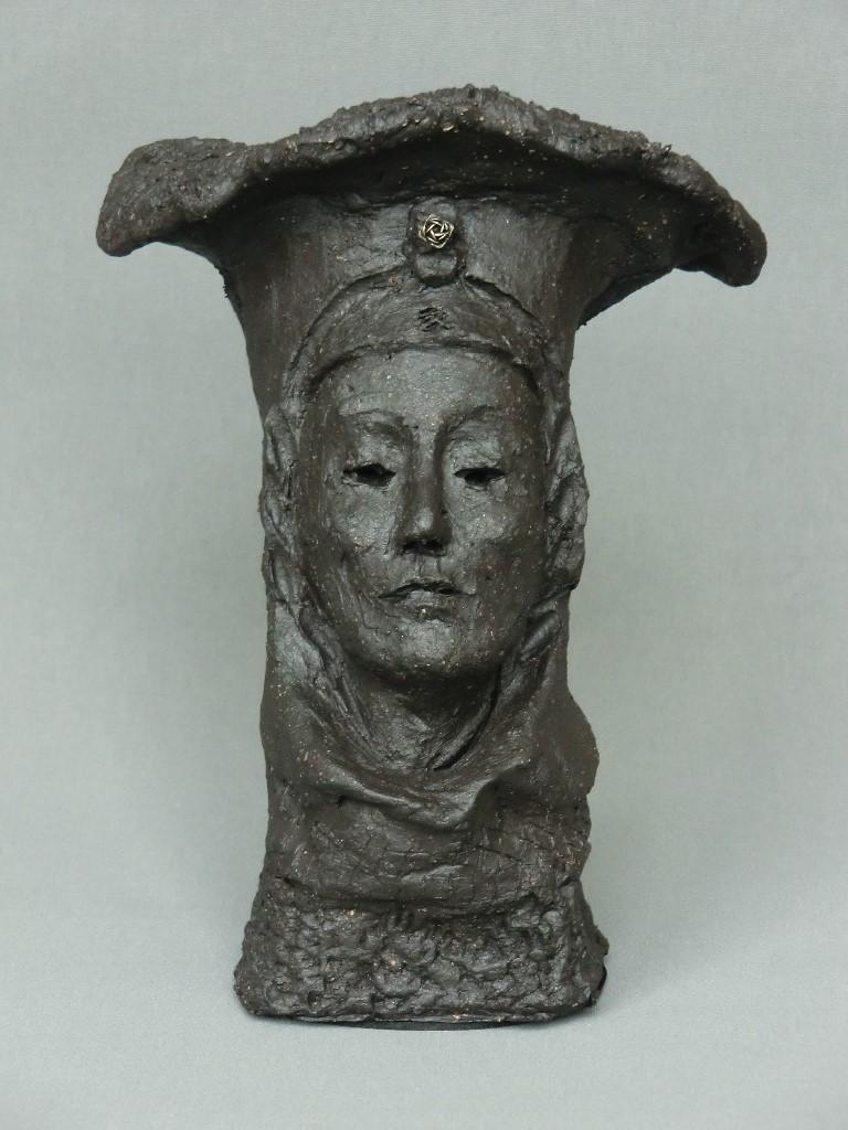 Chaperonne (1), keramiek en zilveren roosje,15 x 10 x 8 cm, 2012