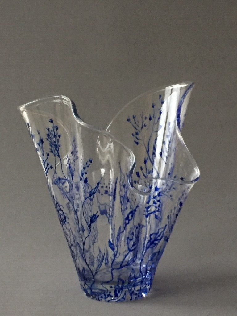 """WaaierVaas """"Twijgjes Azul"""" (Breed), gebrandschilderd glas, 25 x22 cm, 2019"""