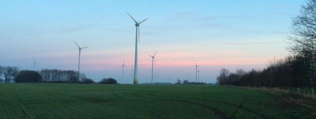 Windanlagen in Brandenburg vor Abendhimmel
