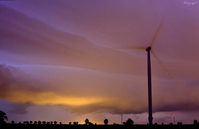 Brzeg chmury burzowej podświetlany od wewnątrz wyładowaniami.