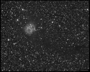 Teleskop Celestron 80ED + TV 0,8x (480mm), SBIG ST2000XM - 10x300s L, montaż Takahashi EM200. Jasna emisyjna część tej mgławicy zawieszona na ciemnej smudze gęstej ciemnej materii a to wszystko otoczone milionami gwiazd. Jest to piękny obiekt który w połączeniu z ciemną smugą jest możliwy do fotografowania nawet przy ogniskowych rzędu 100mm. Żeby pokazać piękno najjaśniejszej części będziemy potrzebowali jednak ogniskowej nawet 10x dłużej.