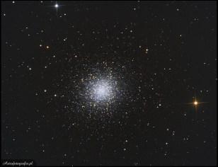 """Teleskop SkyWatcher Newton 8"""" (200/1000), SBIG ST2000XM - 28x140"""" + 5x(RG) 8x(B) 140"""" bin 2x, montaż Takahashi EM200. M13 to chyba najbardziej znana i najczęściej fotografowana gromada kulista na niebie północnym. Piękny obiekt widoczny nawet gołym okiem, już przy niewielkim powiększeniu pokazuje swoją piękną strukturę. W zasadzie, żeby pokazać dobrze tą gromadę należy stosować ogniskowej od 600mm wzwyż. Przy większej aperturze i dłuższych czasach naświetlana pośród gwiazd gromady pojawia się klika małych i ciemnych galaktyk. Ten piękny obiekt jest dostępny od wiosny po jesień i stanowi swoisty """"test postępów"""" jaki się robi w astrofoto - a jednocześnie jest to nieśmiertelna ikona i obiekt pierwszych prób wielu osób. Ze względu na to, że M13 jest jasna jej fotografowanie jest dość proste, nawet przy ciemniejszej optyce wystarczą kilkuminutowe ekspozycje."""