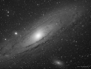 Teleskop Takahashi Sky90 + Flattener f:4,5, SBIG ST2000XM - 20x420s. L, montaż Takahashi EM200. Galaktyka M31 jest jednym z najbardziej znanych i najczęściej fotografowanych obiektów na północnym niebie. Duża jasność i rozmiar umożliwiają fotografowanie jej nawet szerokokątnym obiektywem ukazując jej wielkość w skali innych obiektów. Prawdziwe piękno tej galaktyki odkrywamy dopiero w zbliżeniu. Delikatne ciemne struktury, gromady gwiazd a nawet mgławice wodorowe to wszystko co możemy odkryć wewnątrz tego obiektu. To pierwsze testowe zdjęcie z teleskopu Sky90.