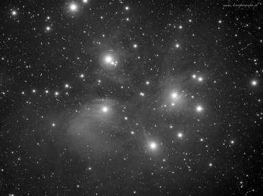 Teleskop Takahashi Sky90 + Flattener f:4,5, SBIG ST2000XM - 20x360s. L, montaż Takahashi EM200. Plejady to kolejny obiekt z kategorii największych hitów północnego nieba. Jest to jedna z największych i najpiękniejszych mgławic na naszym niebie. Jednocześnie jest to bardzo trudny obiekt do fotografowania, słaba mgławica rozpościera się wokół tysięcy gwiazd. Obiekt tak samo jak M31 można fotografować w szerszym polu nawet z krótkich ogniskowych. W takim polu ciężko pokazać całość tej mgławicy która jest bardzo rozległa.