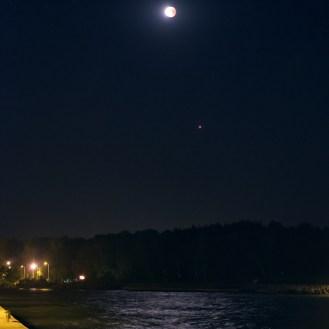 Czerwony Księżyc a pod nim nie mniej czerwieni się Mars