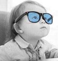 Baby mit blauer Brille
