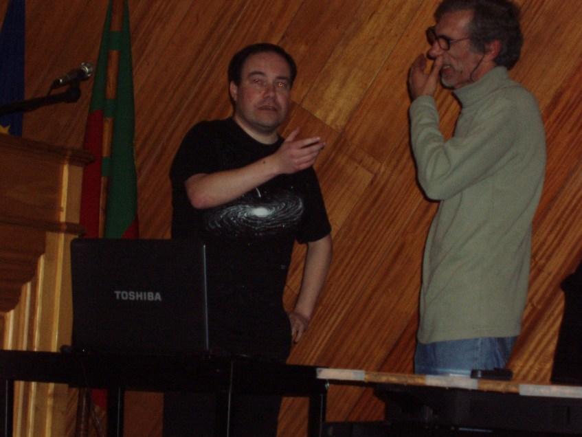 Carlos Oliveira e Manel Rosa Martins em amena cavaqueira, provavelmente a planear os detalhes de como haveriam de surpreender a audiência pouco tempo depois...