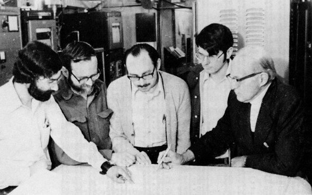 Da esquerda para a direita: os astrónomos Dick Arnold, Bob Dixon, Jerry Ehman (o descobridor do Sinal Uau!), Ed Teiga e John Kraus examinando os dados obtidos pelo telescópio Big Ear.