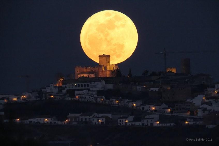 Super-Lua em Córdoba, Espanha, com o Castelo de Espelho. Crédito: Paco Bellido