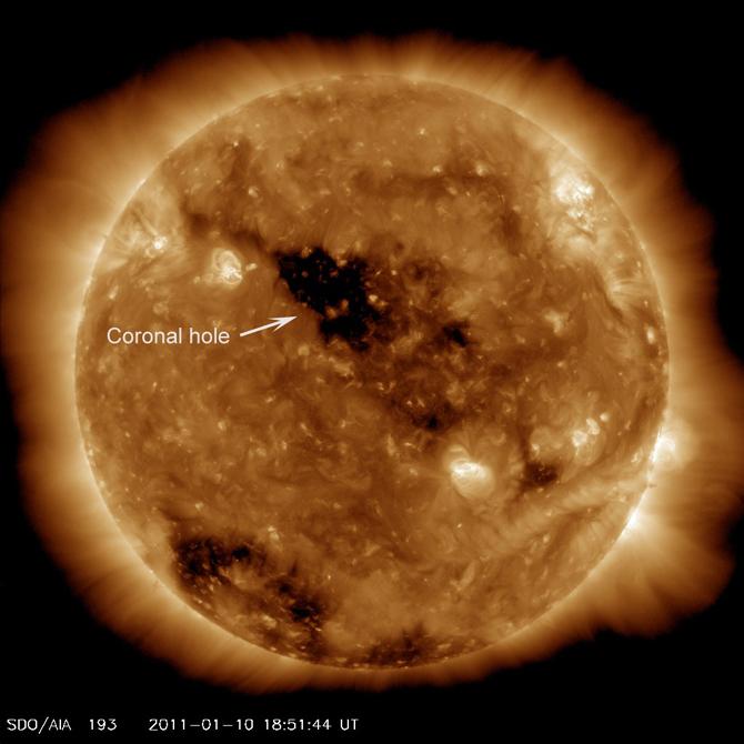 """Outro """"buraco no Sol"""" numa imagem de 2011."""