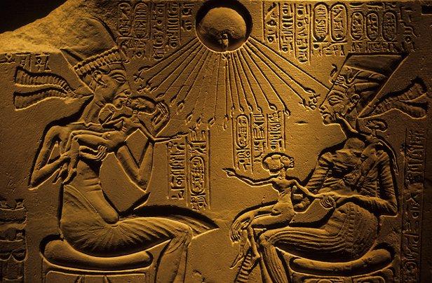 O faraó Akhenaton (à esquerda) e a rainha Nefertiti com as filhas, sob os raios abençoados do deus-sol.