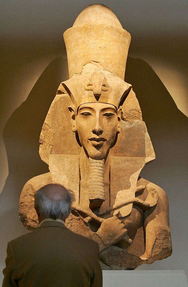 Estátua de Akhenaton exposta em Paris (Foto: Thomas Coex)