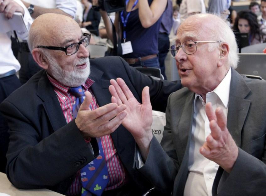 François Englert (esquerda) e Peter Higgs (direita) no dia do anúncio da descoberta do bosão, a 4 de Julho de 2012 no CERN. Crédito: Denis Balibouse/Reuters, via Público