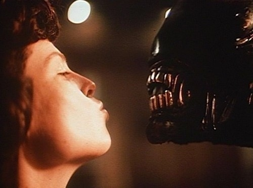sigourney-weaver-kissing-an-alien-27502-1287837059-6