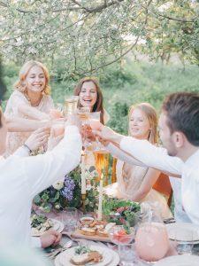 Samen toosten met alcohol slecht voor je darmflora