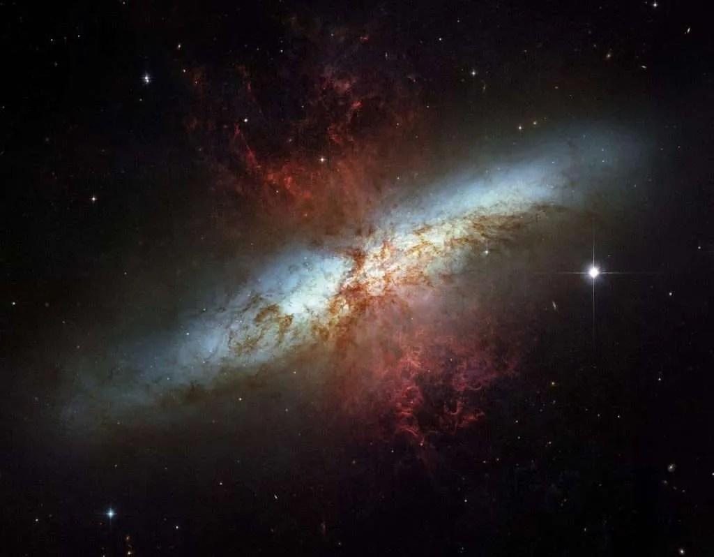 Galaksija Cigara; NASA, ESA and the Hubble Heritage Team (STScI/AURA), J. Gallagher (University of Wisconsin), M. Mountain (STScI) i P. Puxley (NSF)