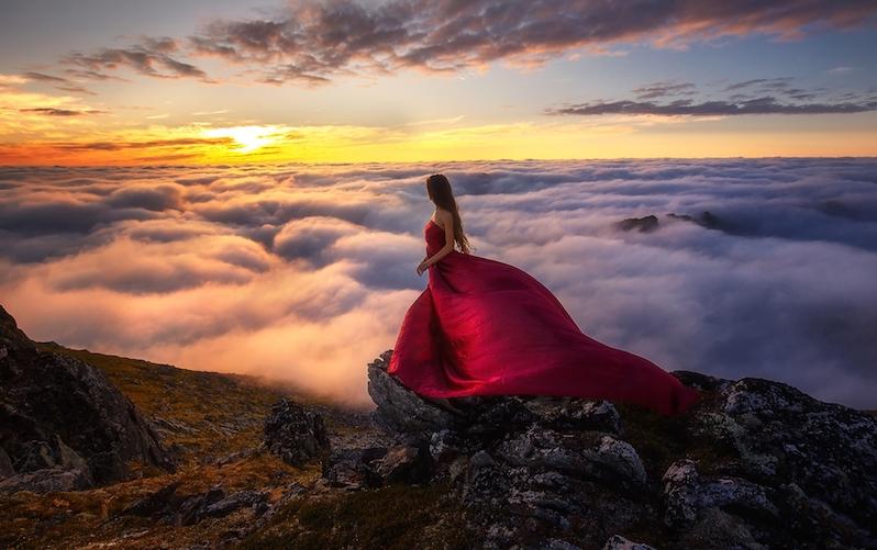 suknia-mgla-senja-wyspa-norwegia-kobieta-wschod-slonca
