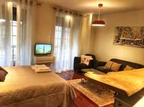 oscura tv,tabla, cama y sofa