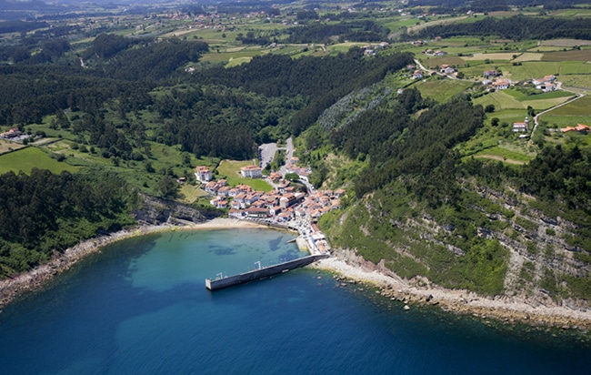 playa y puerto de Tazones