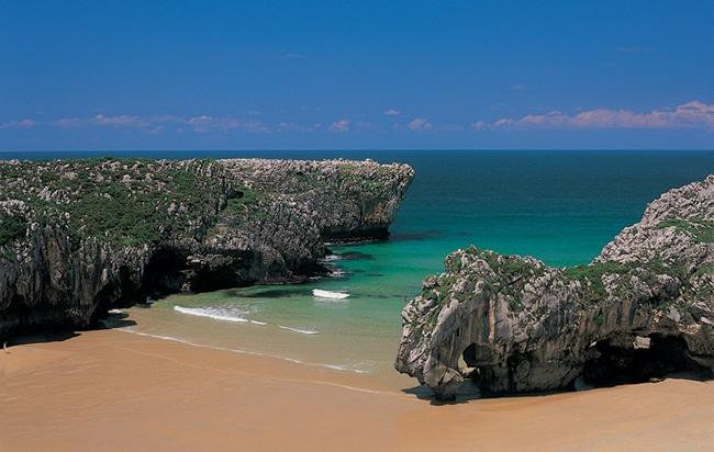 playa de cuevas de mar cercana a cangas de onis