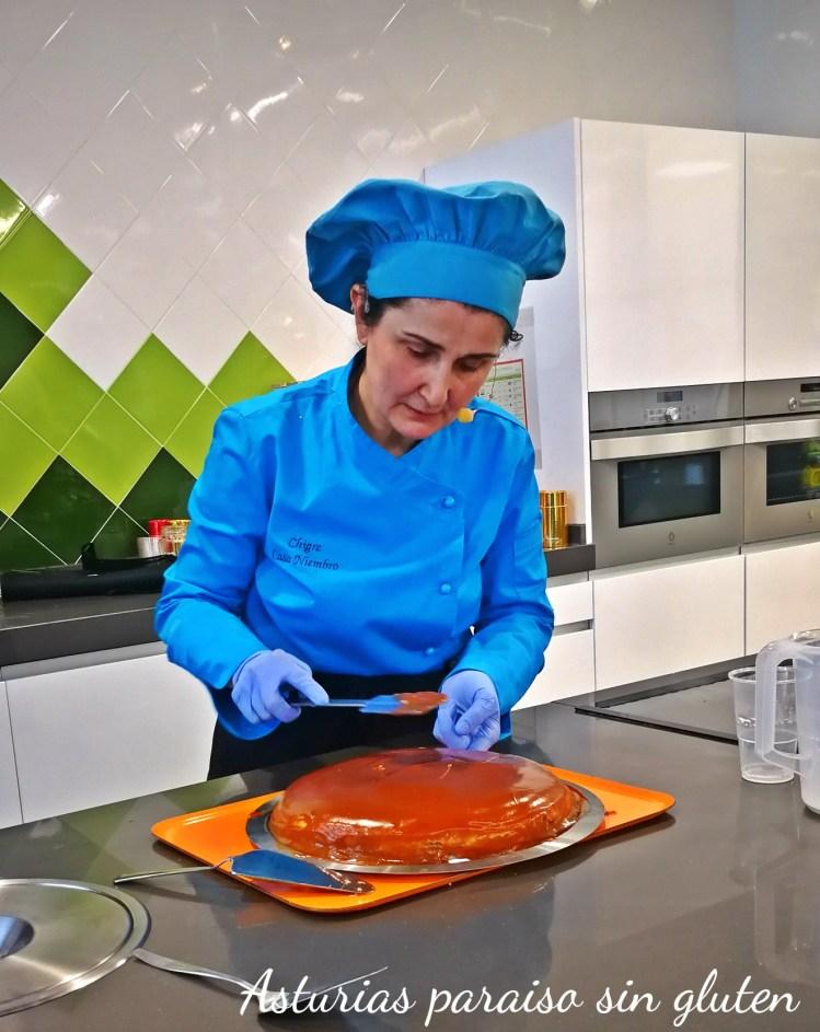 Clara poniendo el toffe en la tarta de frixuelos