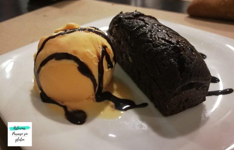 Brownie de chocolate y xeláu de naranxa