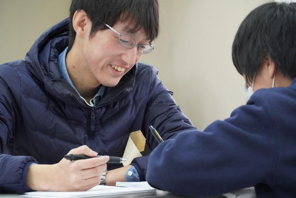 写真:子どもに勉強を教える様子