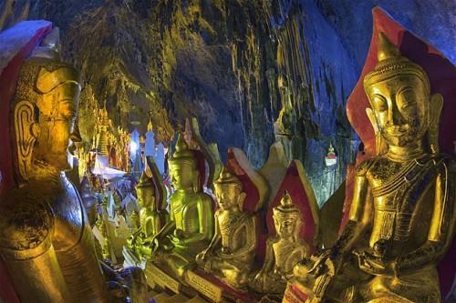 Algunas de las 8700 estatuas de buda de oro que hay en la pagoda de Shwe Oo Min.