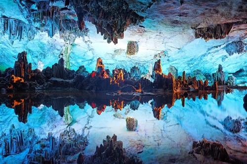 Formaciones de roca dentro de la cueva Reed Flute.