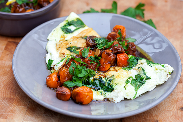 Spinach-and-Feta-Egg-White-Omelette-with-Roasted-Tomatoes2