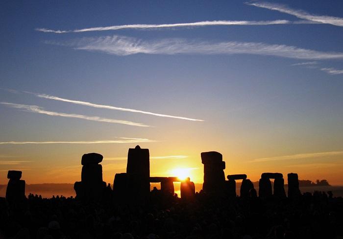 Summer_Solstice_Sunrise_over_Stonehenge